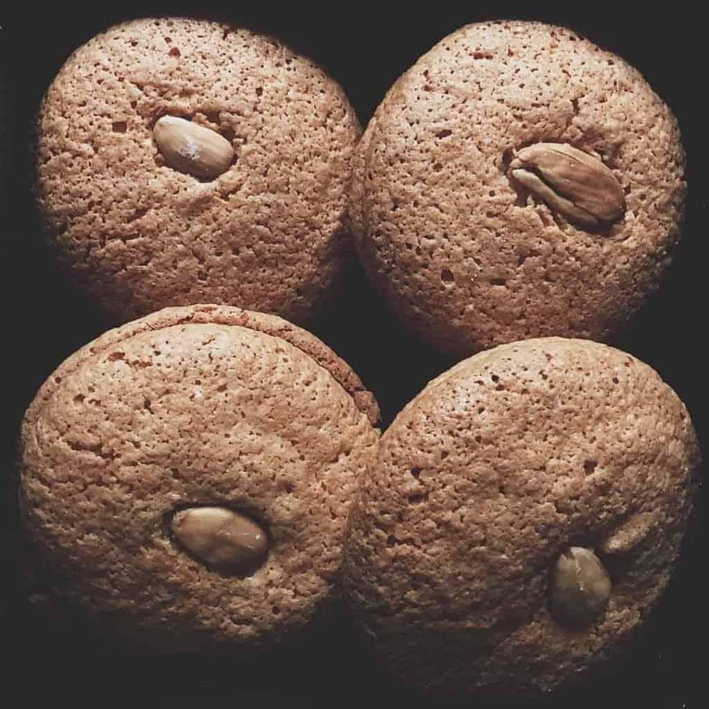 4 adet acıbadem kurabiyesi